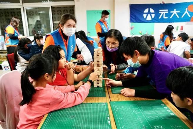 元大人壽講師把疊疊樂遊戲加入風險教育課程中,讓孩子們從遊戲中認識風險概念。圖/元大人壽提供