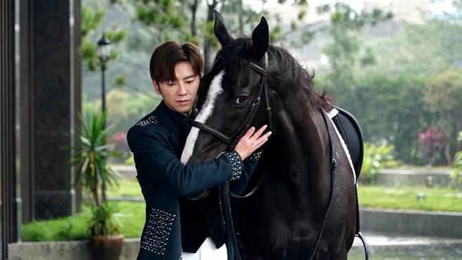 李國毅與黑色駿馬很快培養感情。(三立提供)