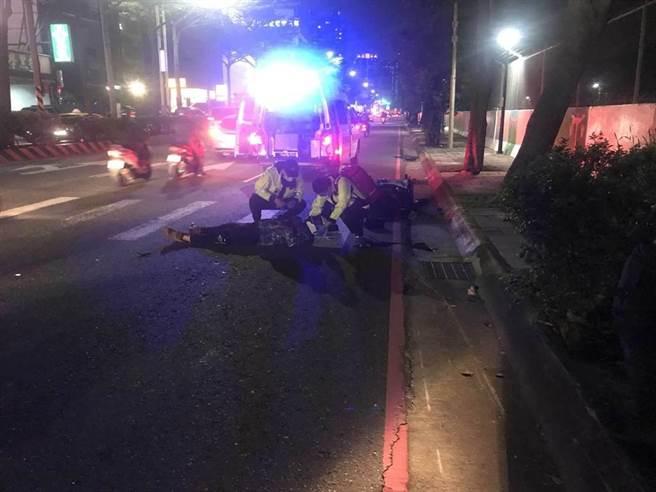 淡水55歲義警路口遭撞 雙腿骨折、頭部重創急救中。(戴上容翻攝)