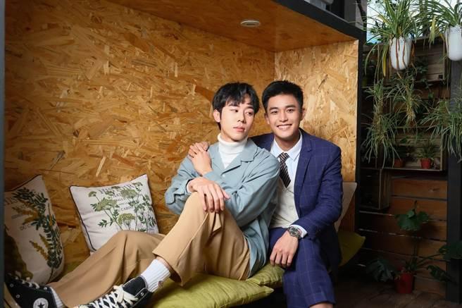 安俊朋(右)、林嘉威飾演無血緣的繼兄弟,共譜「禁斷之戀」。(LINE TV提供)