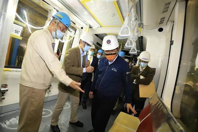 右二深藍色外套者為交通部長林佳龍。圖/交通部提供