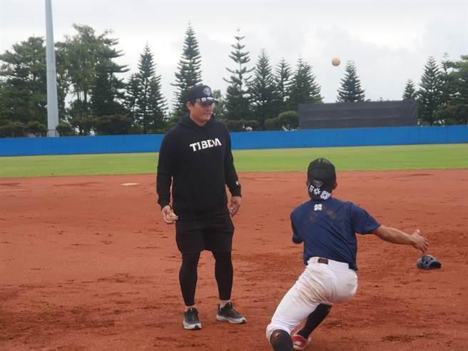 高國慶參加原棒學苑-投打體能訓練營,指導打守課程。(原棒協提供)