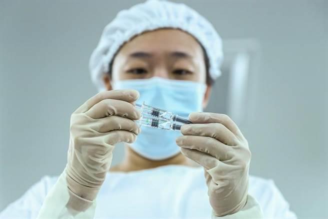 國藥集團新冠滅活疫苗申請上市,該公司總經理曾說有效性100%,向阿聯酋、巴林申請上市時說有效性86%,今天正式申請上市提出3期臨床試驗期中分析資料又變成保護效力79.34%,前後不一的數據令人懷疑。(圖/新華社)
