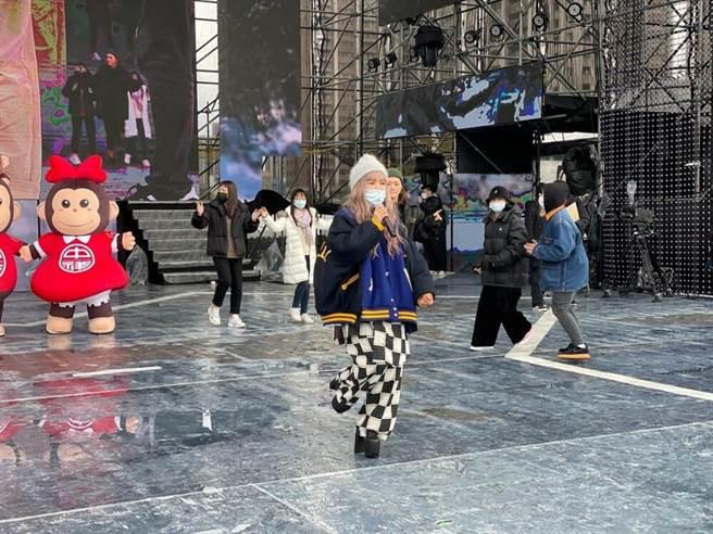 黃美珍身穿將近10公分高的高跟鞋跳舞,彩排零NG。(年代提供)