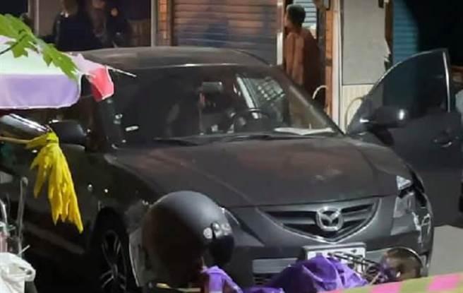 高雄市鳳山區30日晚間發生歹徒拒檢撞警的事件,圖為歹徒所駕的車輛,經民眾發現棄車在死巷。(翻攝臉書社團《高雄五甲大小事》)
