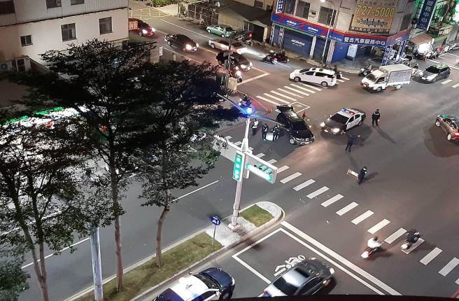 高雄市鳳山區30日晚間發生歹徒拒檢撞警的事件,警對逃逸車輛輪胎處連開11槍,槍響震驚在地民眾。(翻攝臉書社團《高雄五甲大小事》)