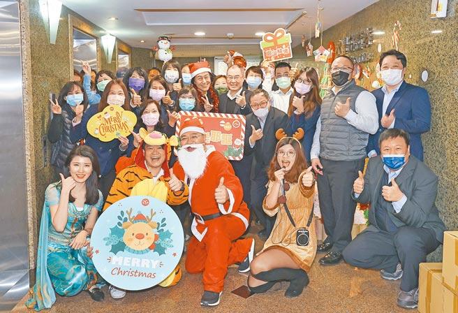 永豐金控舉辦「低碳耶誕嘉年華」,永豐金控董事長陳思寬(二排右六)等人勉勵布置傑出單位。圖/永豐金控提供