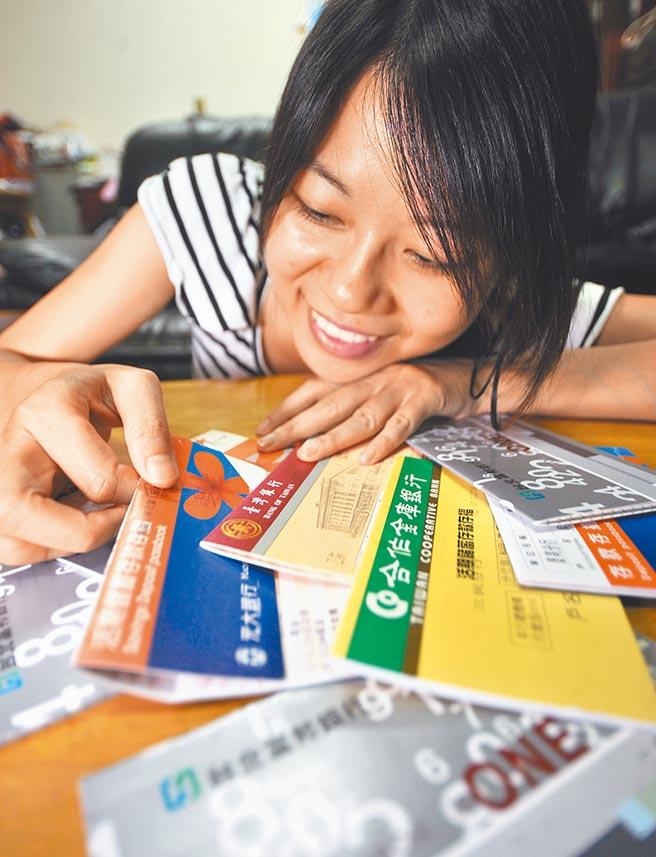 民法修改後,滿18歲不須法定代理人,就可在銀行開戶、申辦信用卡及貸款。(本報資料照片)