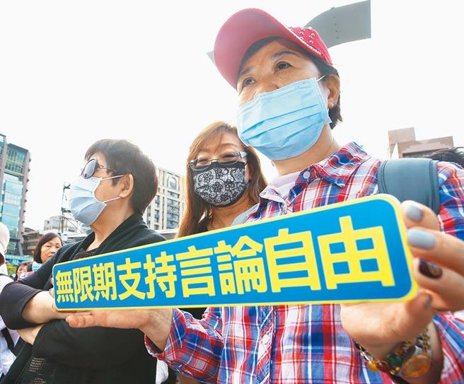 台灣民意基金會昨天公布民調,44%民眾不滿意蔡政府維護新聞自由的表現,。基金會董事長游盈隆認為,「這當然和關中天事件脫離不了關係」。(陳怡誠攝)