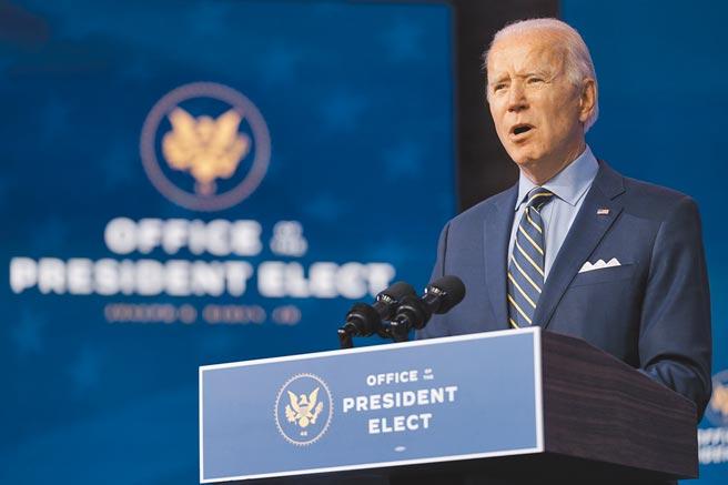 美國總統當選人拜登28日在特拉瓦州威明頓的皇后劇院演講。(美聯社)