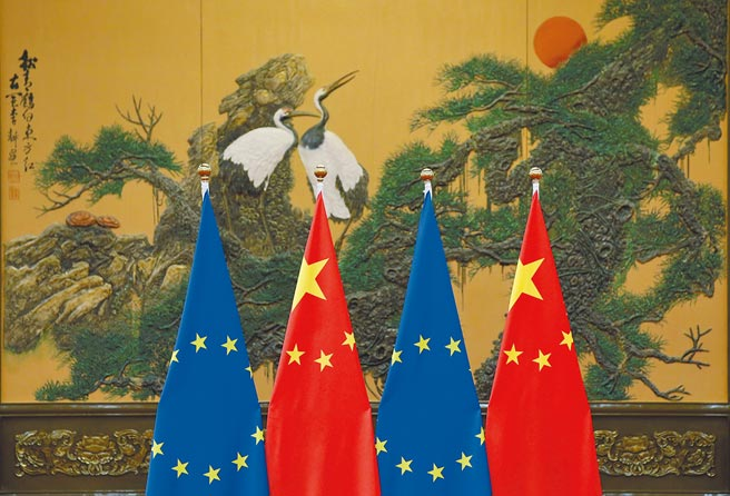 2016年7月12日中歐峰會期間,歐盟和中國的國旗。(路透)