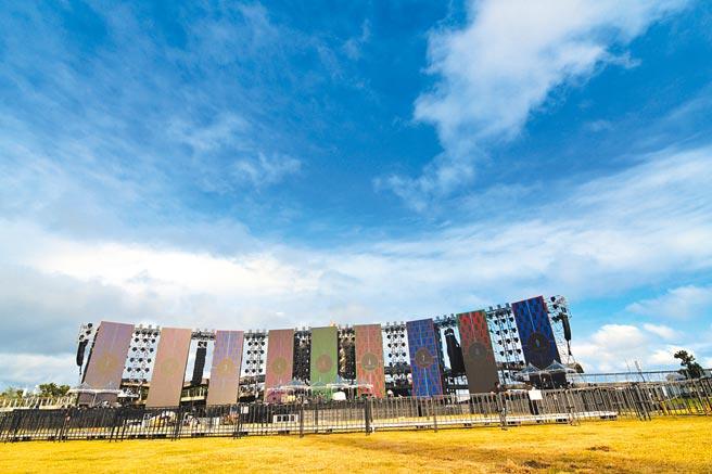张惠妹跨年演唱会巨型舞台搭建已接近完工, 县府将採高标准防疫措施。(庄哲权摄)