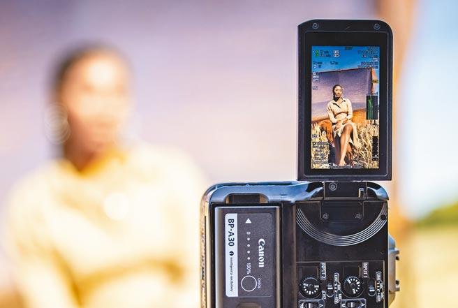 Canon EOS C70加入垂直拍摄功能,对于喜欢拍Vlog或短影片的使用者来说,不需后制更方便。(Canon提供)