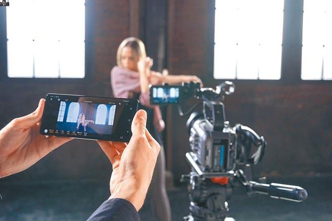 Sony FX6 同时支援Sony的Content Browser Mobile手机应用程式,能透过手机检视并远端操控对焦、光圈与变焦等功能。(Sony提供)