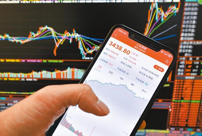 大陸股票型私募基金前11個月平均收益率高達26%,圖為8月17日,福建一股民用手機查看上證指數信息。(中新社)