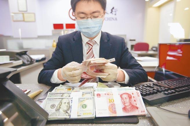 山西太原一名銀行工作人員正在清點貨幣。(中新社資料照片)