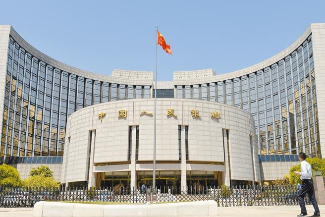 北京市民從中國人民銀行前經過。(中新社資料照片)
