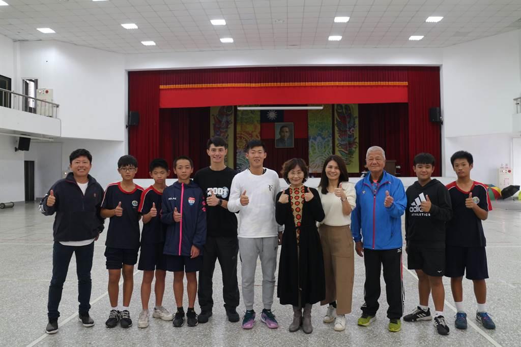 長虹教育基金會李如華執行長,與曾俊欣父子及孫台育校長、鍾安太教練、美崙國中網球隊合影。(業者提供)