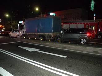 駕駛恍神忘了停 3自小客貨連環追撞 警消搶救傷者脫困