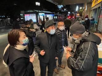 暖心抵禦寒流!陳時中與黃珊珊夜訪北車、艋舺送溫暖