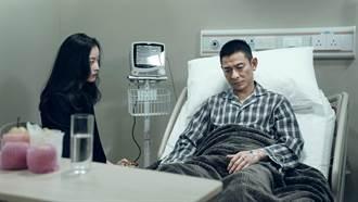 劉德華戴義肢「拆彈」陪跨年  殘障動作模仿小兒麻痺導演