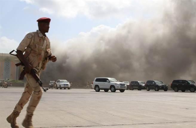 葉門亞丁機場發生恐攻爆炸,濃煙密布。(圖/路透社)