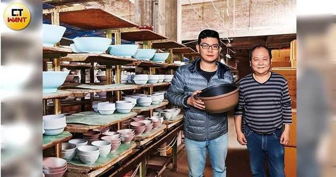 蘇正義帶著兒子蘇俊霖從外銷拚到內銷,以燒不壞的砂鍋轉型成功。(圖/馬景平攝)