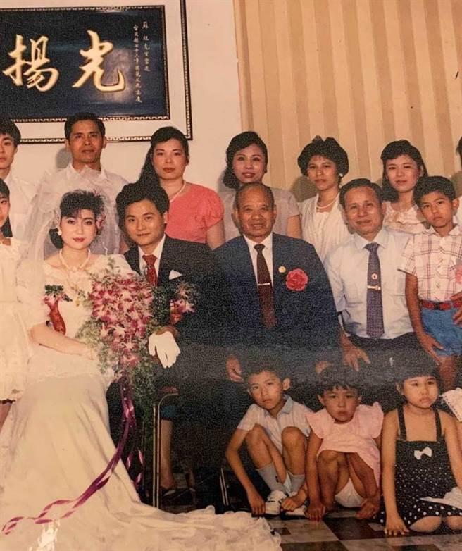 蘇正義結婚當年,特別拍攝全家福照留。(圖/蘇正義提供)