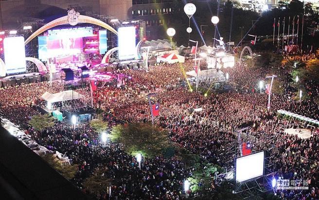 圖為2014年台北跨年晚會現場湧入大量人潮。(圖為中時資料照)