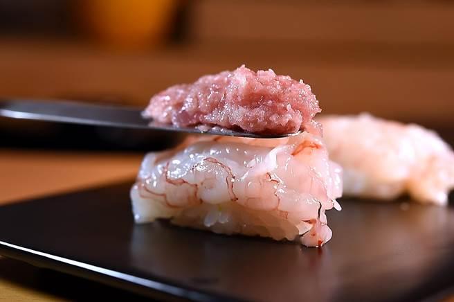 力拚「最高CP值」的〈忻鮨〉壽司割烹,鎮店招牌菜〈海鮮四重奏〉,底層是宜蘭甜蝦與黑鮪魚絞肉。(圖/姚舜)