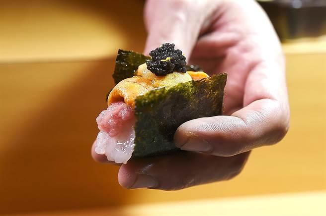因「內涵」豐富,多數人大概無法一口吃完〈忻鮨〉的〈海鮮四重奏〉握壽司。(圖/姚舜 )