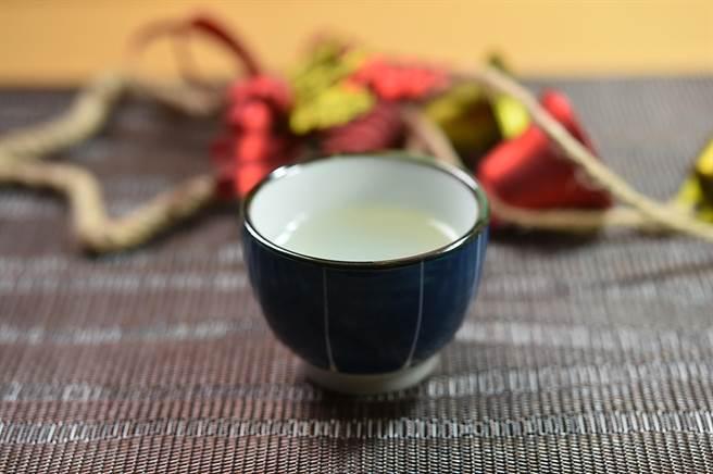 〈忻鮨〉,Omakase套餐有18道菜,訂價1280元,這個季節第一道菜品是用彰化鮮蜆熬煮濃縮的〈蜆精〉。(圖/姚舜)