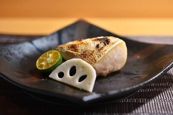 〈忻鮨〉壽司割烹Omakase套餐標榜85%食材都來自日本,圖為炙烤的〈鹿兒島青魽魚下巴〉。(圖/姚舜)