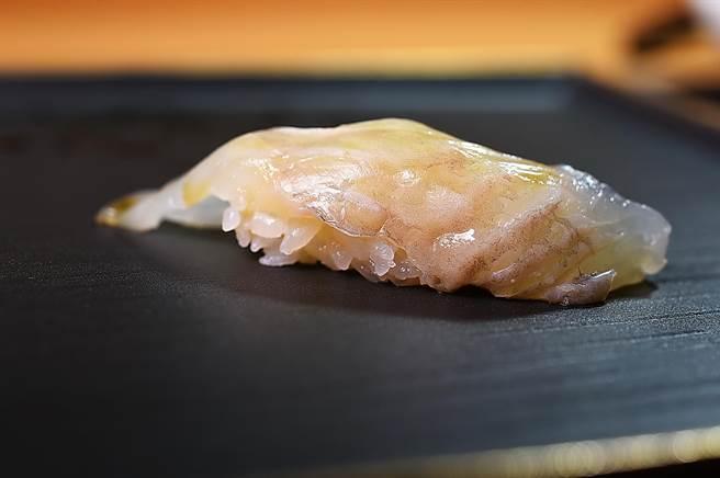 〈忻鮨〉的〈北海道比目魚握壽司〉,魚肉經熟成三天,氨基酸穩定吃來帶有獨特甜味。(圖/姚舜)