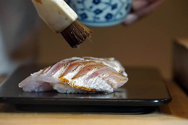 〈春子雕握壽司〉的春子鯛是真鯛的幼魚,是「亮皮魚三尊」之一,日本饕家形容這種魚肉帶有「含苞待放的滋味」。(圖/姚舜)