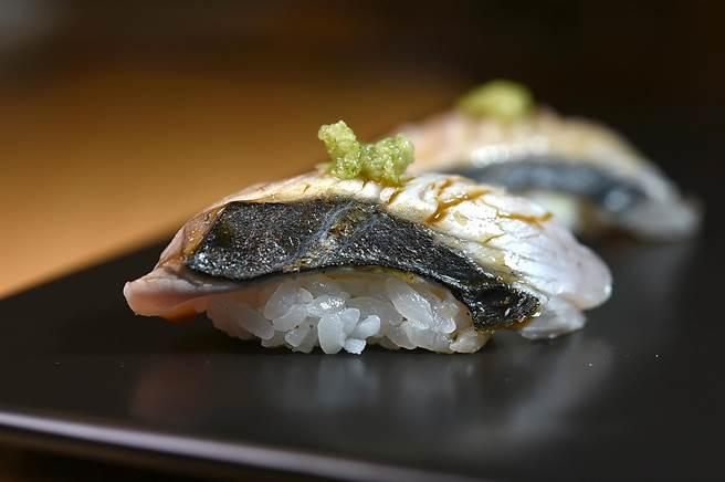 〈鰆魚握壽司〉的鰆魚來自日本愛知縣,〈忻鮨〉主廚袁育銓以自製蔥薑泥提味。(圖/姚舜)