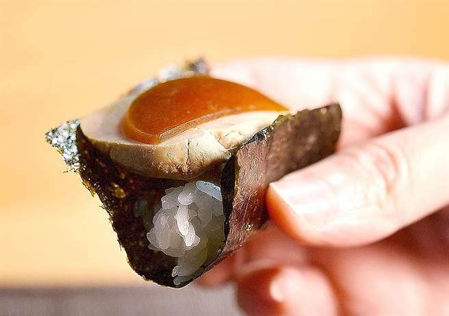 奈良人超愛醃漬食物,〈忻鮨〉的〈安康魚肝握壽司〉用了〈奈良西瓜漬〉為魚肝提味。(圖/姚舜)