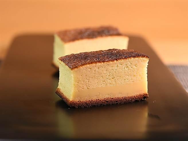 〈忻鮨〉的〈玉子燒〉是用鯛魚漿、有機蛋製作,完全不加麵粉,並用蜂蜜和薄口醬油提味,吃起來口感有點像長崎蛋糕。(圖/姚舜)