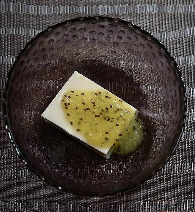 〈忻鮨〉的〈胡麻豆腐〉口感厚實、味道濃醇,主廚袁育銓用奇異果醬搭配提味。(圖/姚舜)