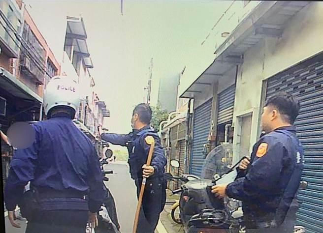 警方到場後,將持刀的阮男制伏。(翻攝照片/莊旻靜新竹傳真)
