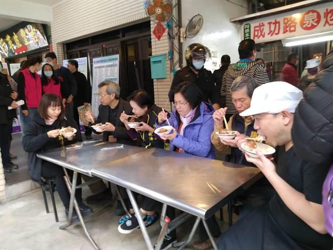 彰化已66名店申請無萊豬自主管理,彰化縣長王惠美31日在彰化市阿泉爌肉飯親自頒發標章給該店家。(吳敏菁攝)