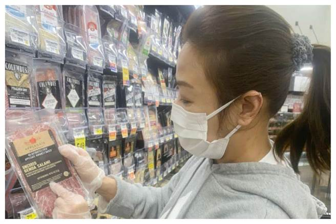 李彥秀在美國超市選購沒有含萊克多巴胺的美豬。(圖片摘自李彥秀臉書)