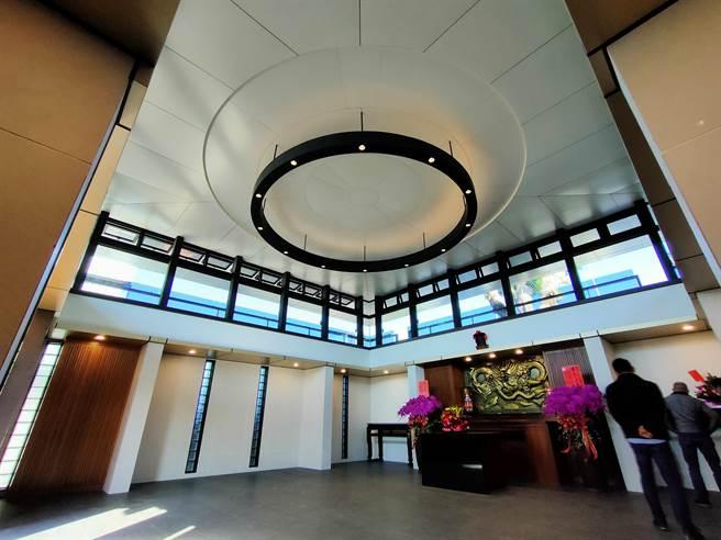 龍天宮內部採挑高,帶有玻璃帷幕設計,簡約又不失質感。(吳建輝攝)