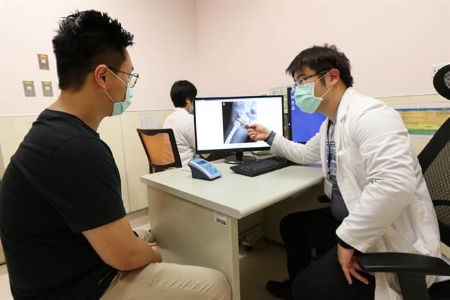 亞大醫院感染科主治醫師張為碩透過X光片,向患者(非當事人)解釋病情。(林欣儀攝)