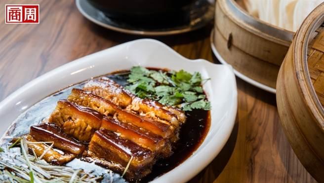 曉鹿鳴樓的慢燒東坡肉,特別在鍋內加入豬皮及雞脖子增添膠質,讓肉質鬆軟不乾柴。(圖/陳宗怡攝)