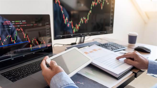 為提醒投資人注意交易風險,股市中設有注意或警示股的機制,然而一旦公司自結獲利大幅成長,將使多頭氣焰更甚,助攻股價越漲越高。(示意圖/shutterstock)