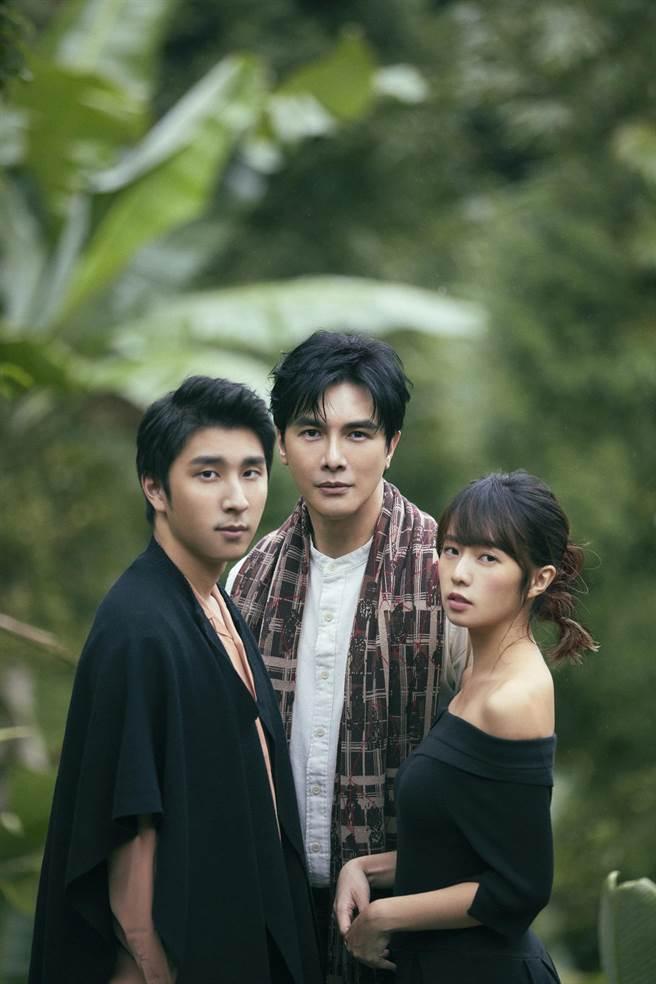 胡釋安(左起)、謝佳見、簡廷芮拍攝年曆。(藝和創藝提供)
