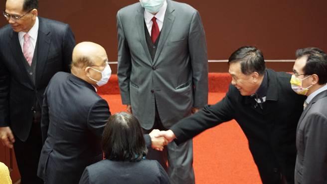 國民黨立委翁重鈞和行政院長蘇貞昌握手致意。(趙婉淳攝)