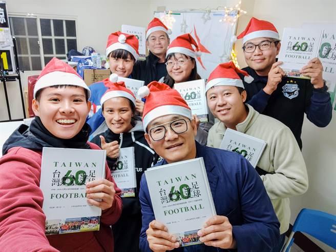 李弘斌(前排右)耙梳台灣足球一甲子,與球迷共享每段歷程。(李弘斌提供)