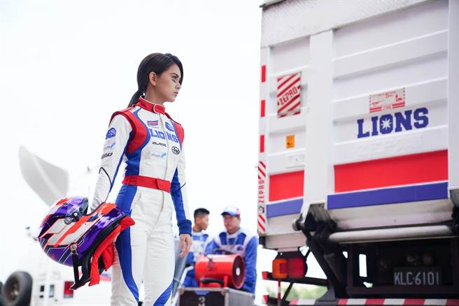 昆凌在電影《叱咤風雲》中飾演唯一的女賽車手。(創映電影、量能影業提供)